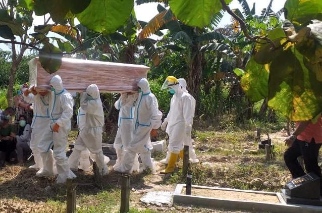 Kapten Inf Djafar Mendampingi Tim Evakuasi Prosesi Pemakaman Jenazah
